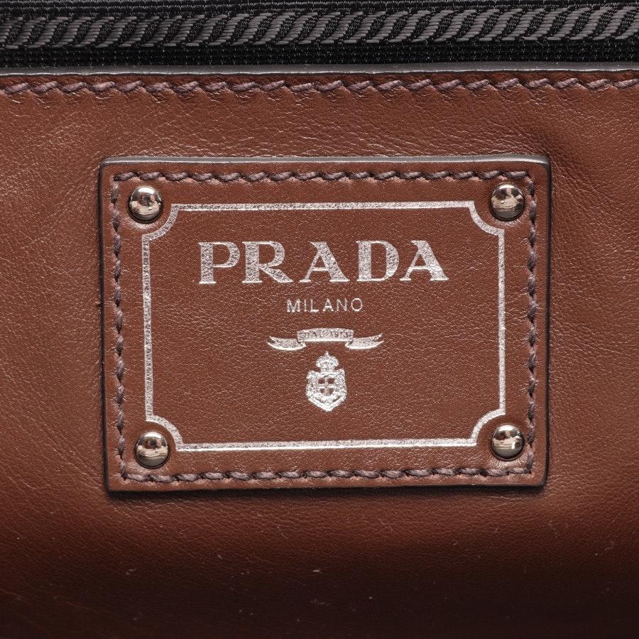 Schultertasche von Prada in Dunkelbraun und Schwarz